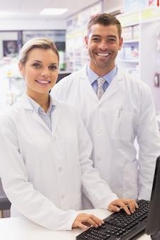 Équipe de pharmaciens regardant la caméra