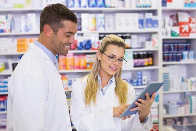 Équipe de pharmaciens regardant un ordinateur portable