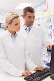 Équipe de pharmaciens regardant l'ordinateur