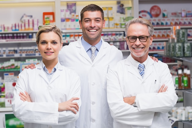 Équipe de pharmaciens souriant à la caméra