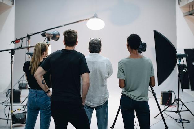 Équipe de production travaillant ensemble dans un studio