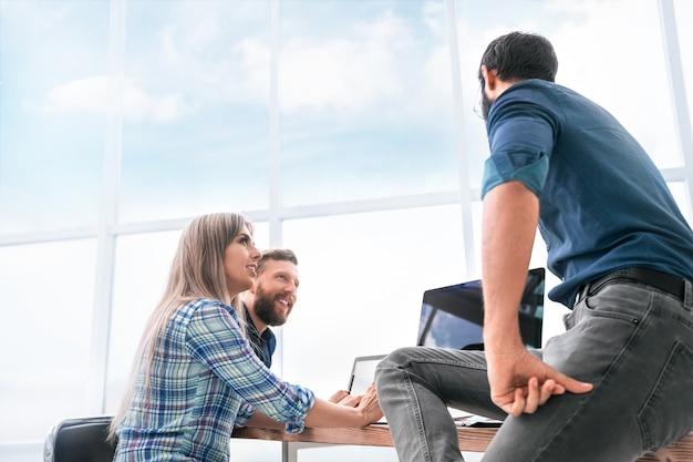 Équipe professionnelle lors d'une réunion dans un bureau moderne