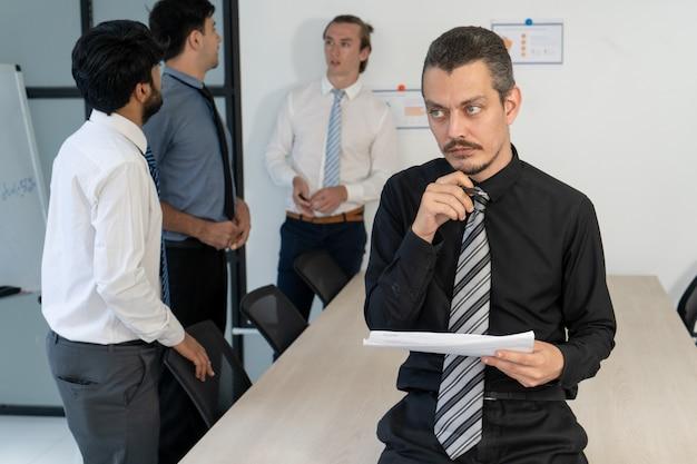Équipe professionnelle travaillant sur un nouveau business plan.