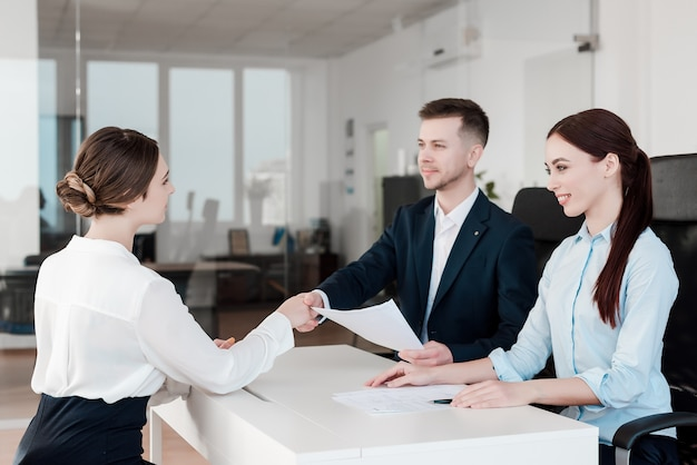 Équipe de professionnels travaillant ensemble au bureau