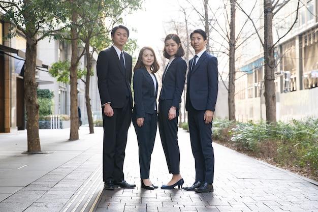 Équipe de quatre hommes et femmes d'affaires