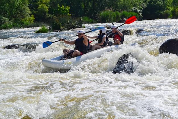 Équipe de rafting éclaboussant les vagues