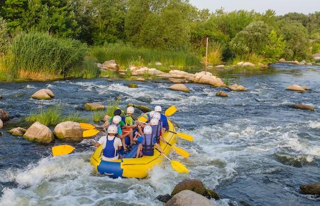 Équipe de rafting, sport nautique extrême d'été
