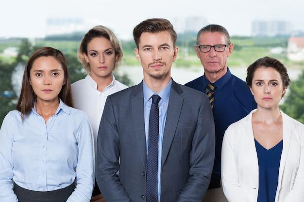 Équipe réussie d'affaires permanent au bureau