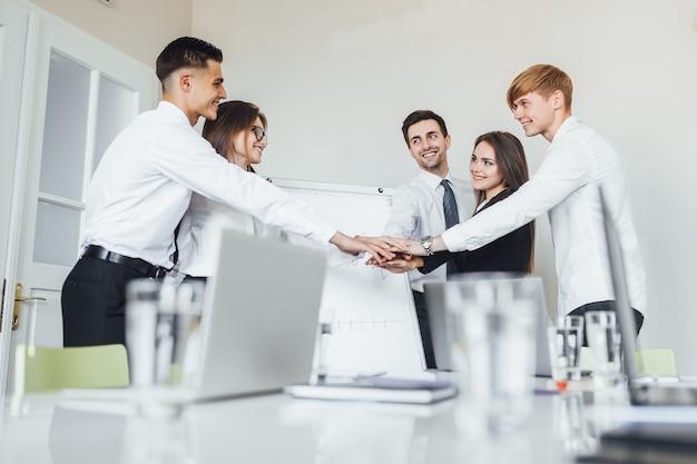Équipe réussie de jeunes hommes d'affaires de perspective au bureau