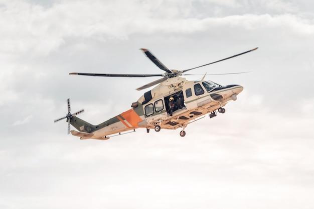 Équipe de sauvetage avec hélicoptère. service d'accident d'urgence
