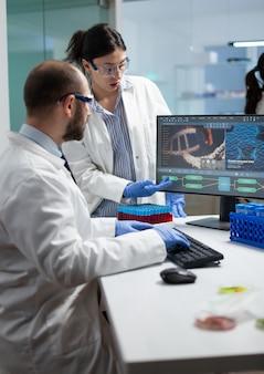 Équipe scientifique discutant de la découverte de coronavirus analysant l'expertise biomédicale