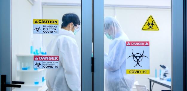 Équipe scientifique recherchant la guérison du coronavirus en laboratoire. médecin asiatique travaillant sur un vaccin contre l'infection virale.