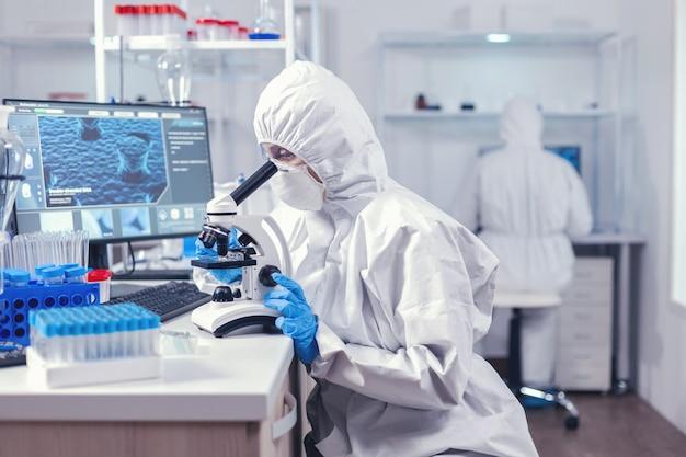 Équipe de scientifiques travaillant sur le développement d'un vaccin contre le coronavirus en laboratoire. chercheur chimiste pendant une pandémie mondiale avec un échantillon de contrôle de covid-19 dans un laboratoire de biochimie