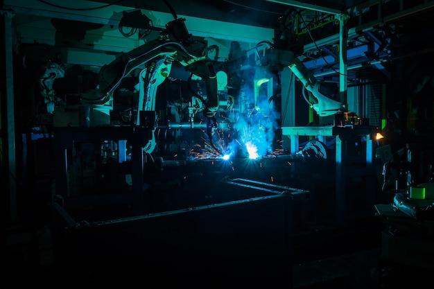 L'équipe de soudage robots le mouvement. dans l'industrie des pièces automobiles.