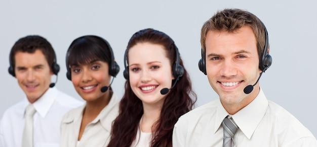 Équipe souriante travaillant dans un centre d'appel