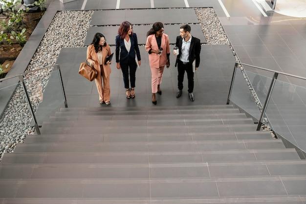 Équipe de tir complet en montant les escaliers