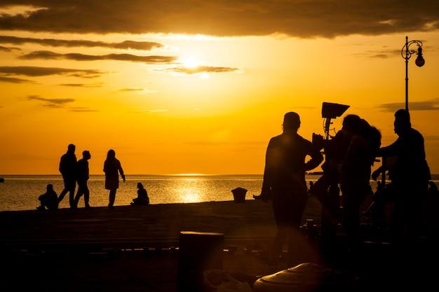 Équipe de tournage filmant une scène de film