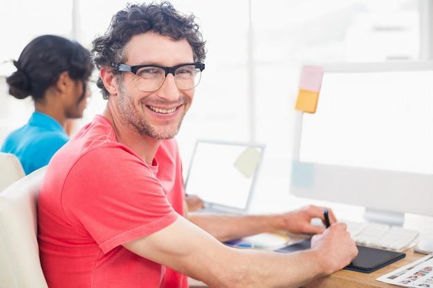 Équipe de travail décontracté souriant travaillant ensemble