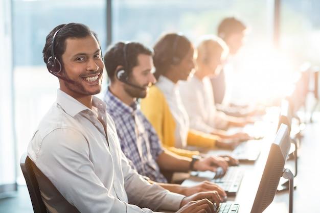 Équipe travaillant sur ordinateur avec casque