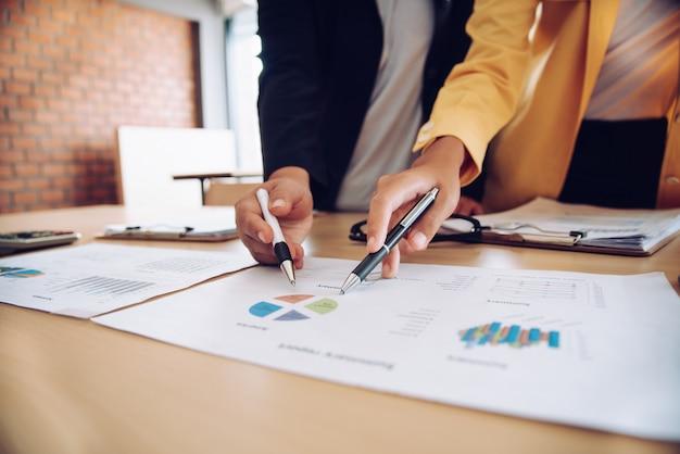 L'équipe travaille sur les documents comptables et travaille en équipe pour présenter le travail et aider à résoudre le problème.