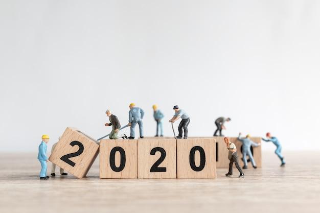 Équipe de travailleurs miniatures créer numéro 2020