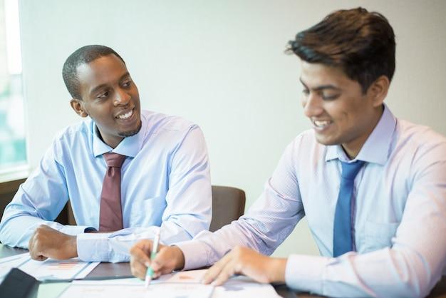 Une équipe unie positive célébrant le succès de l'entreprise