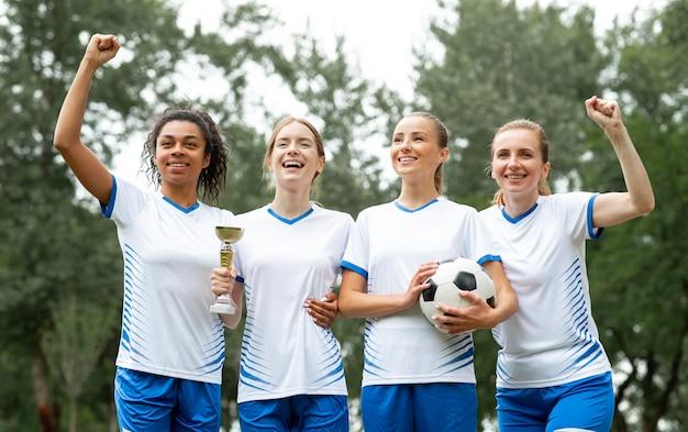 Équipe victorieuse tenant la coupe des gagnants