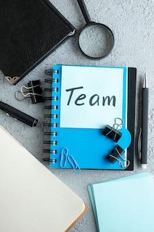 Équipe vue de dessus note écrite avec bloc-notes et stylo sur fond blanc couleur école collège bureau travail cahier d'affaires
