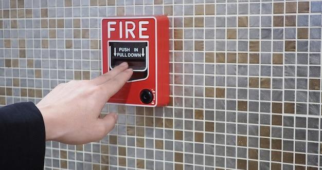 Équipement d'alarme incendie ou d'alerte ou de cloche et main. dans le bâtiment d'urgence et de sécurité.