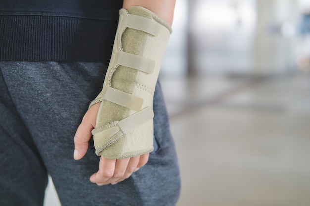 Équipement anti-blessures, adapté aux personnes souffrant de douleurs au poignet dues à une inflammation des ligaments du poignet
