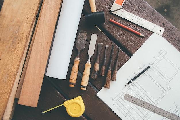 Equipement sur bois avec homme travaillant dans le fond de l'atelier.