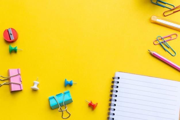Équipement et cahier vide avec sur jaune