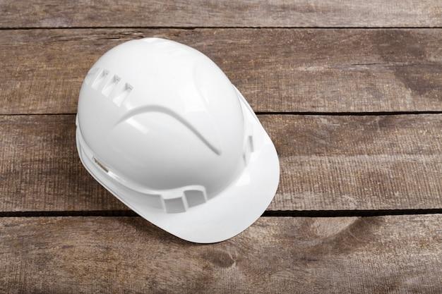 Équipement de casque d'ingénieur de sécurité sur le dessus de la table en bois marron