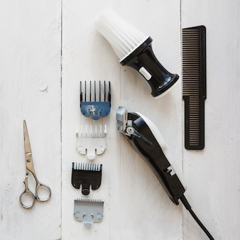 Équipement de coiffure sur fond blanc