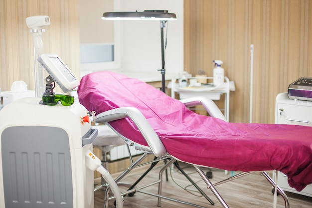 L'équipement du salon de beauté. mobilier médical. salon de beauté. appareil d'épilateur laser. tenue de cosmétologie