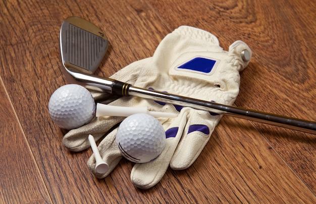 Équipement de golf sur table en bois