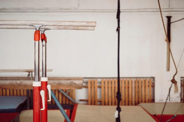 Équipement de gymnastique dans une salle spéciale