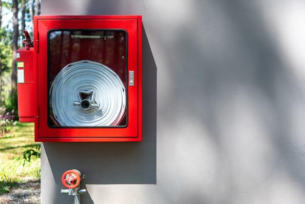 Équipement d'incendie installé sur le mur du bâtiment.