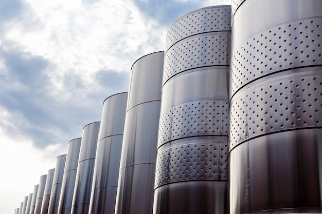 Equipement industriel technologique moderne d'une fabrique de vin.
