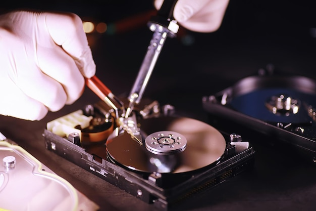 Équipement informatique. réparation de composants pc. disque dur à restaurer en atelier. récupération du virus winchester.