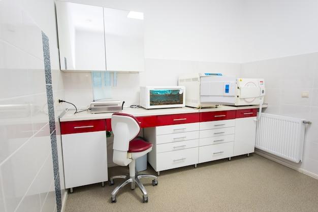 Equipement de laboratoire dentaire moderne en rouge et blanc