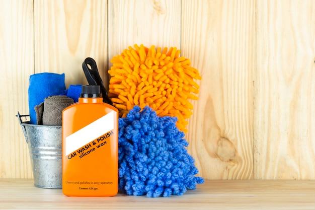 Équipement de lavage de voiture ou produit de nettoyage de voiture tel que brosse avec des mitaines