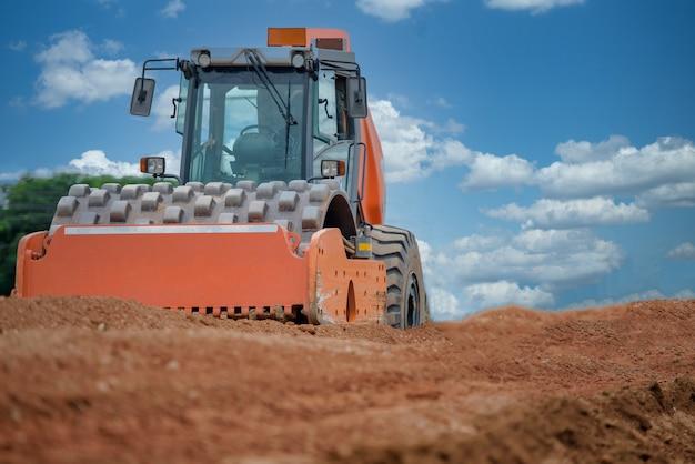 Équipement lourd sur le chantier de construction de routes sur le chantier de construction