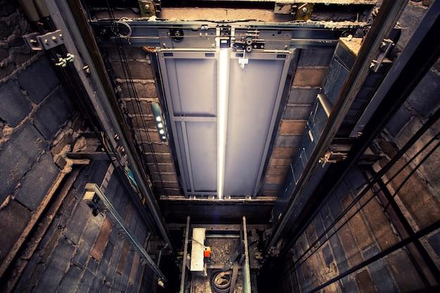 Équipement lourd de trou d'ascenseur dans le chantier de construction