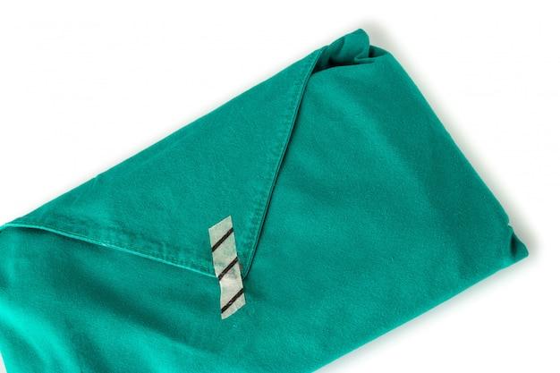 Équipement médical dans un drap vert