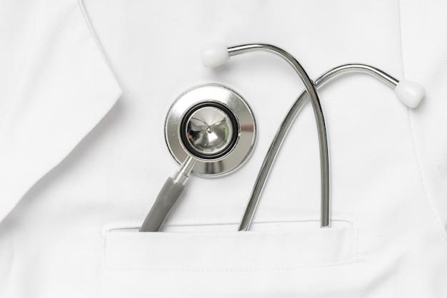 Équipement médical dans la poche de l'uniforme du médecin