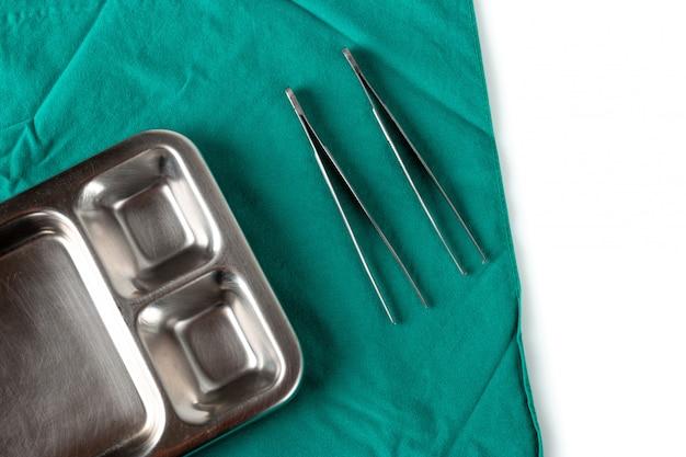 Équipement médical sur un drap vert dans la salle d'opération