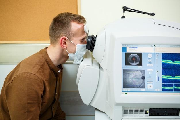 Équipement médical professionnel scannant les yeux du patient. l'appareil d'une clinique de soins de santé moderne.