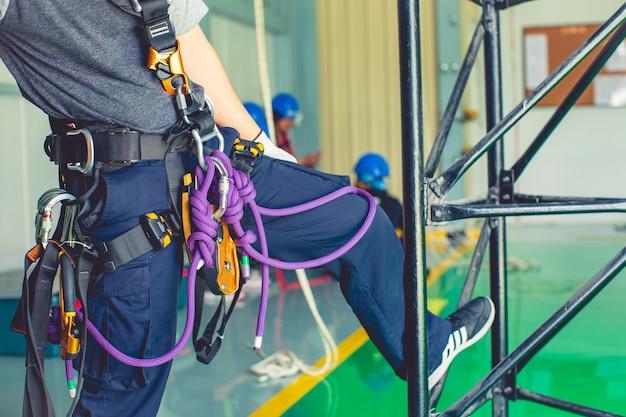 Équipement de mise au point rapproché formation accès à la corde dans le travail à haute