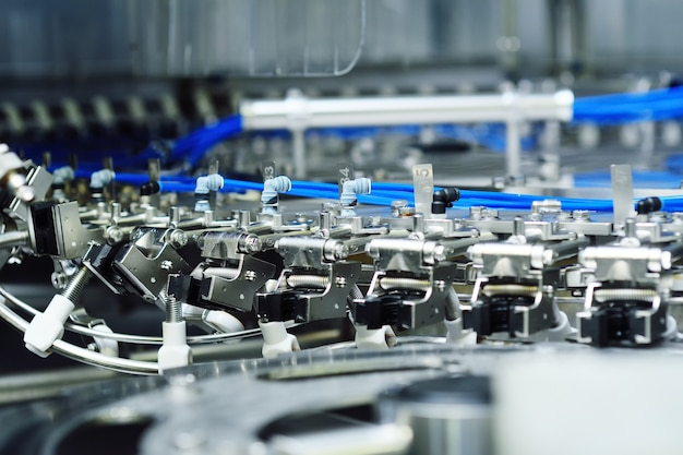 Équipement moderne pour le remplissage de la bière, des boissons gazeuses, de l'eau en bouteilles. production industrielle de boissons.